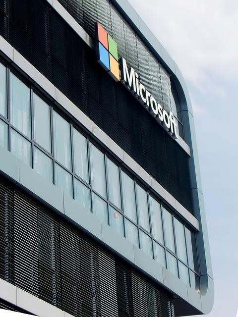 Microsoft เตรียมเปิดใช้ Dark Mode บน Outlook.com